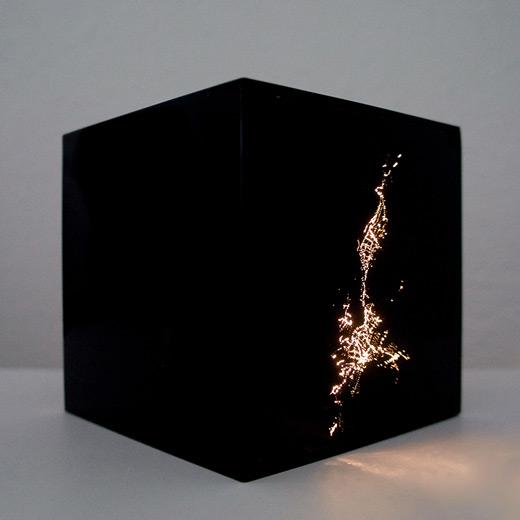 Arróniz-Arte-contemporáneo Marcela Armaas Brisbane 2008-2015. arilico y leds 10x10x10cm
