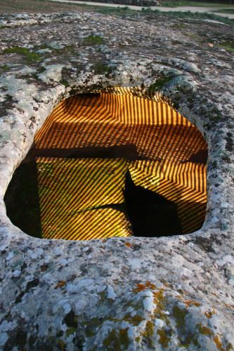 03_Proyección en una remota cueva-búnker, obra de Enrico Piras y Alessandro Sau
