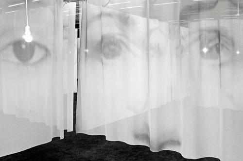 Christian Boltanski, La salle des pendus (2015)