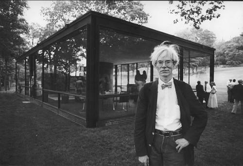 Andy Warhol en la Casa de cristal de Philip Johnson, inaugurada en 1949. Tomada de arquiscopio.com