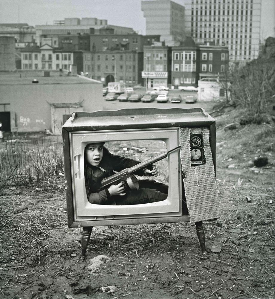 """Arthur Tress, Boy in TV Set (1972). Montaje de la pesadilla de un niño en tiempos de guerra. En palabras del artista, """"la violencia alrededor del mundo es traída a nosotros por los medios de comunicación"""". © Arthur Tress"""