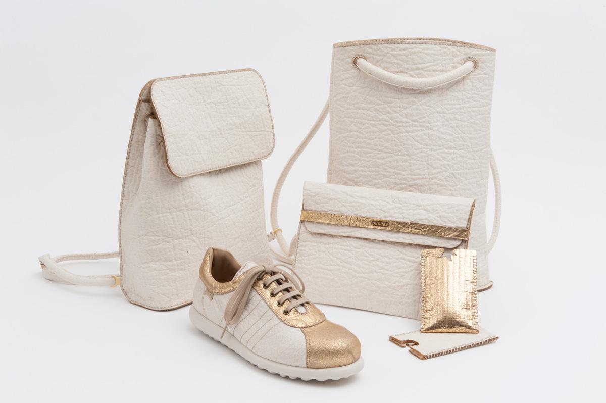 Prototipos del producto: zapato por Camper (detalles dorados), zapato por Puma, clutch café por Ally Capellino, protector de iPhone por Carmen Hijosa, Backpack + protector iPad por Smithmattias. Fotografía: Linda Nylind para the Guardian. Fotografía tomada de la página de Piñatex®