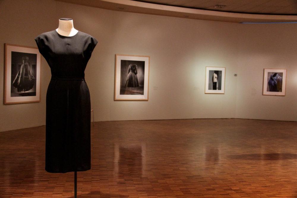 Vista de la exposición Cristobal Balenciaga (2016). Museo de Arte Moderno. Fotografía tomada de arca.tv