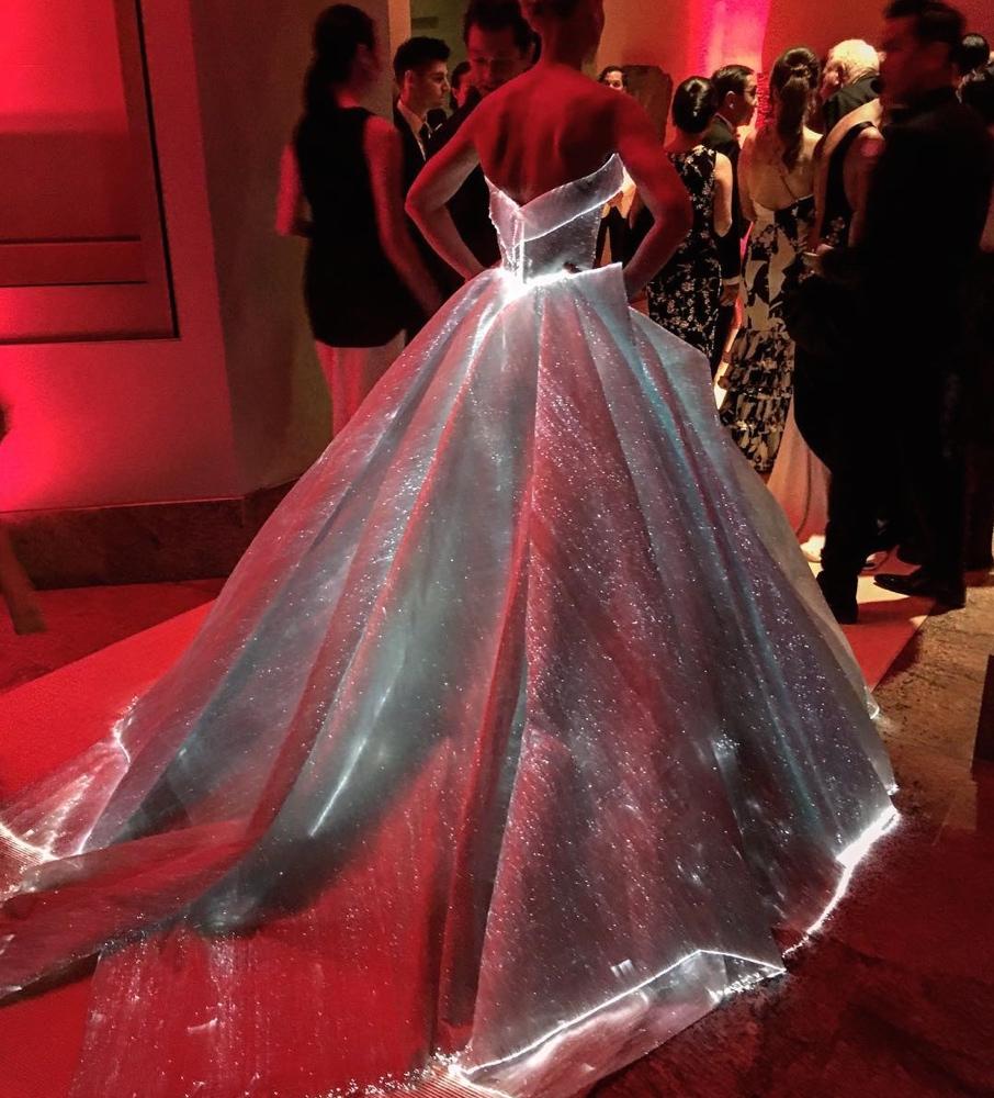 Claire Danes usando un vestido de Zac Posen en la Gala del MET. Fotografía tomada del sitio Bella Naija.
