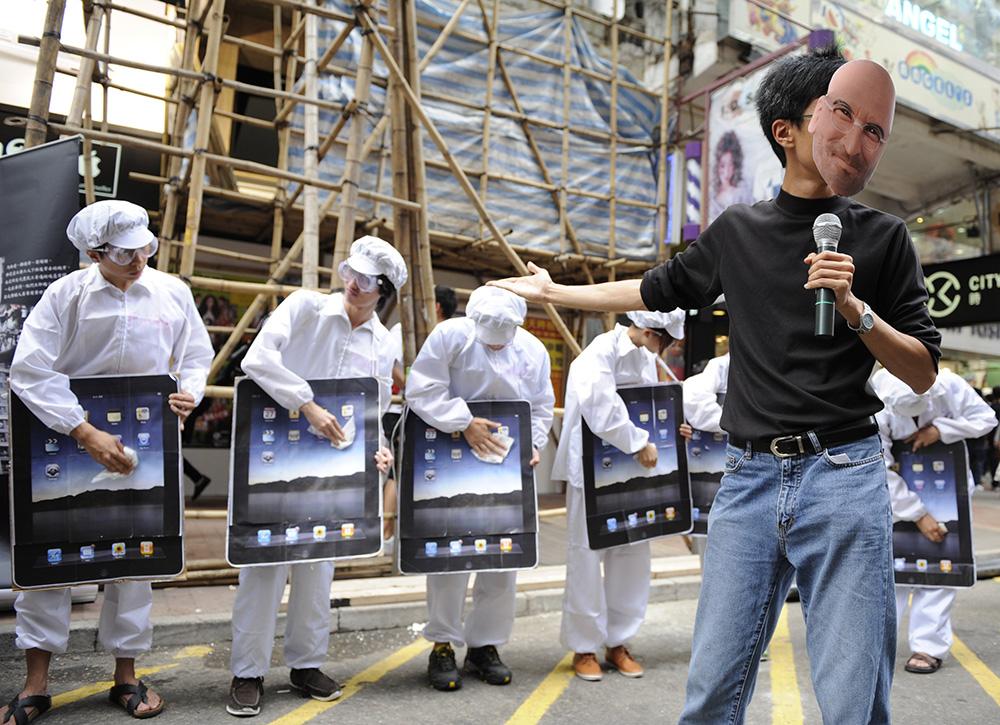 Protesta fuera una tienda Apple en Hong Kong (2011). imagen tomada de ww2.kqed.org