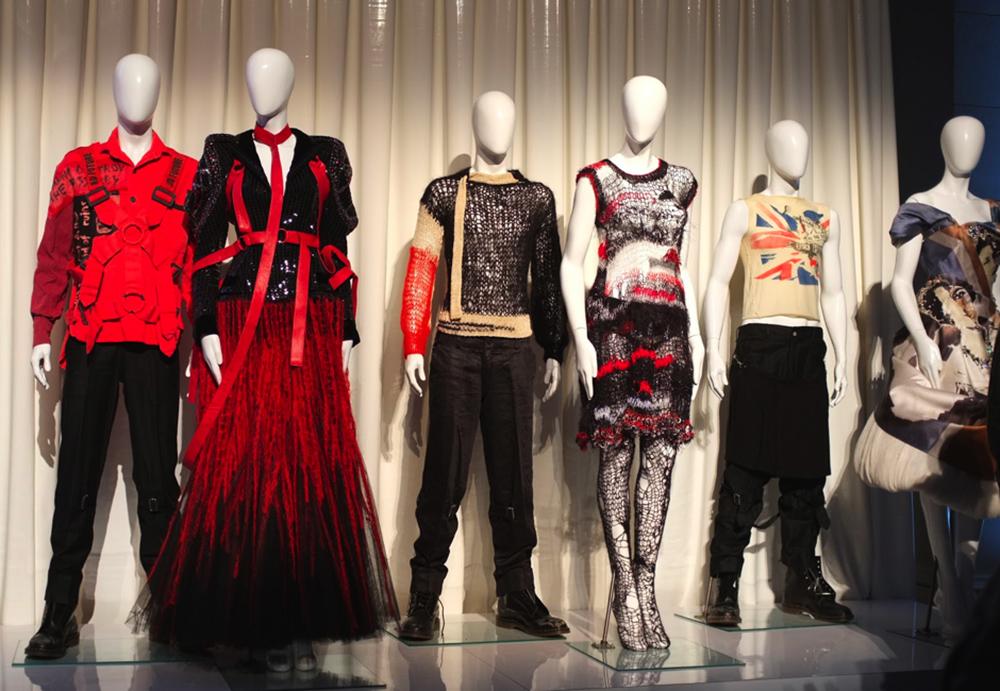 Vivienne Westwood, Punk: Chaos to Couture (2013), en el Museo Metropolitano de Arte de Nueva York. Imagen tomada de oaknyc.com