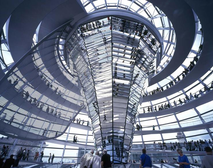 Vista interna de la cúpula del Nuevo Parlamento Alemán. Imagen tomada de fosterandpartners.com