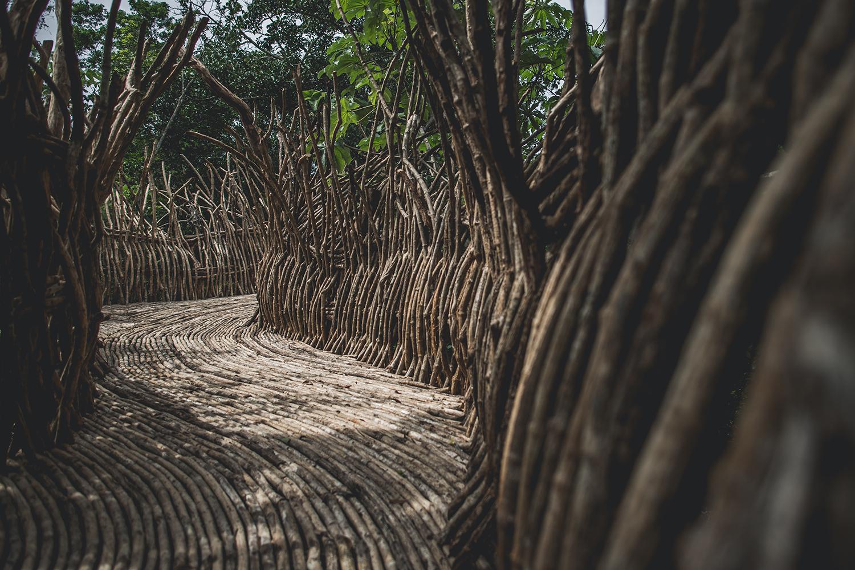 Corredor de un edificio en la selva. AZULIK UH MAY.