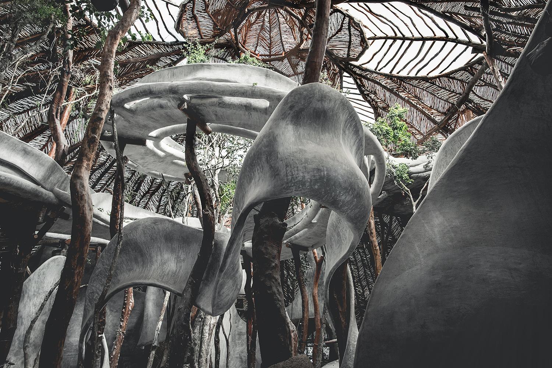 Interior de un edificio en la selva. AZULIK UH MAY.